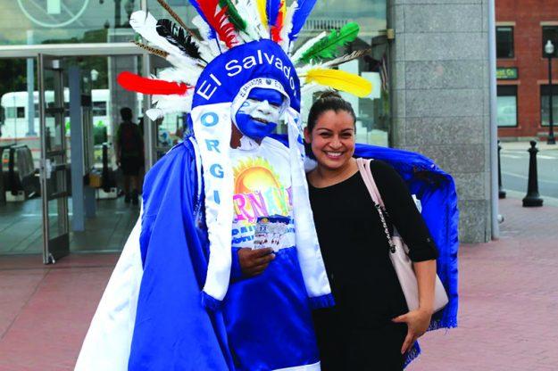 ➥➥ El Indio Cuscatleco estuvo en diferentes distritos de Boston invitando a salvadoreños y latinoamericanos a participar del Carnaval.