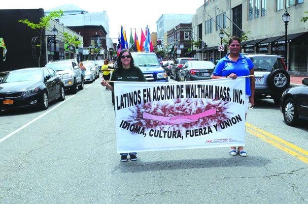 ➥➥ Desfilando la presidenta de Latinos en Acción, Rosa Santiago y la secretaria Lilian Alvarado Padilla.