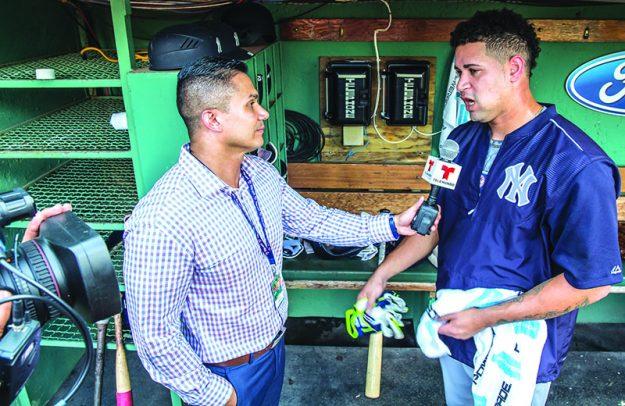 """Gary Sánchez es entrevistado por Omar Cabrera, reportero del programa de Telemundo Boston, """"El Reporte de los Red Sox"""". Foto: Ciro Valiente"""