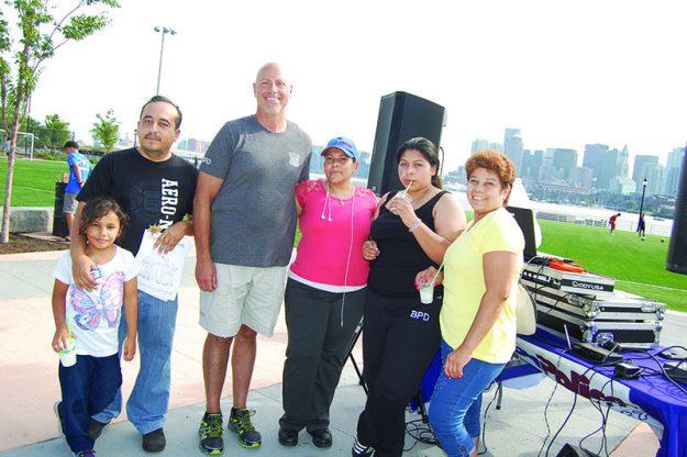 ➥➥ Oficial de policía de East Boston Simons Dan con los activistas Erika Sánchez, Olga Pasco, Luis Torres y Thania Sánchez.