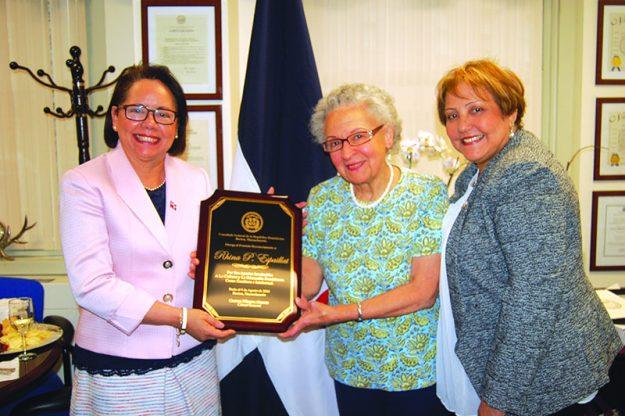 ➥➥ La poetisa dominicana Rhina Espaillat recibe reconocimiento del Consulado dominicano de manos de sus máximas autoridades, Carmen Almonte y Ana Gatereaux.