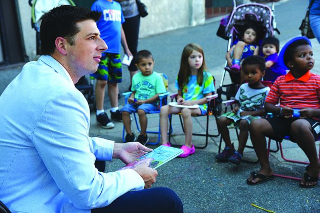 ➥➥ El representante Estatal por East Boston, Adrián Madaro leyó cuentos a los niños durante las actividades realizadas en el proyecto de los Elotes Bailables.