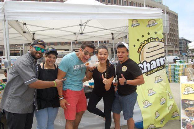Freddy Cuevas, Ohdra Cuevas, Manuel Rendon, Yianett Chrinos y Joscar Doubeterre de Los Chamos de Lynn con sus arepas en el Carnaval Salvadoreño.