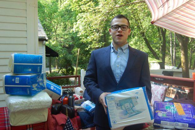 Mostrando parte de los donativos recolectados, el estudiante Daniel Lattarulo explica que la cruzada humanitaria consiste en brindar asistencia sanitaria a familias pobres con médicos norteamericanos que hablan español.