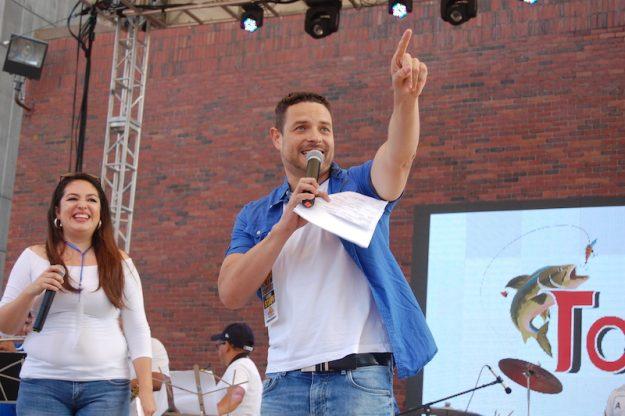 Chele González y Karla Trigueros, los otros maestros de ceremonia del Carnaval Salvadoreño.
