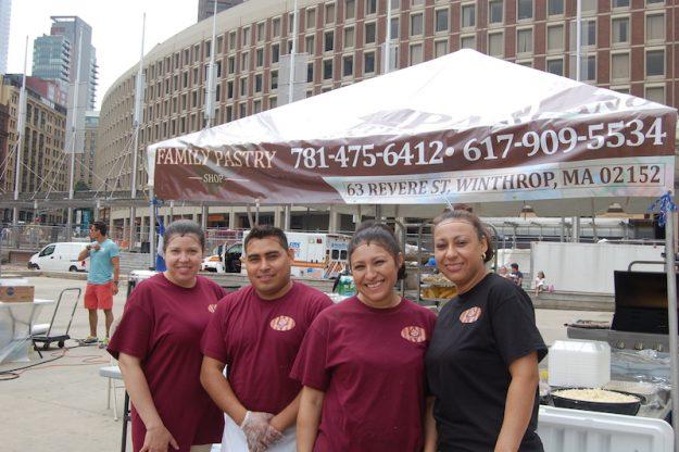 Omar Cruz, Rosita y Wuria Reyes, Hilda Ledmus de Family Pastry Shop.