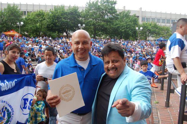 Julio Rivera, Orgullo Cuscatleco, con Tito Mira, una leyenda de la música salvadoreña en el Carnaval Salvadoreño.