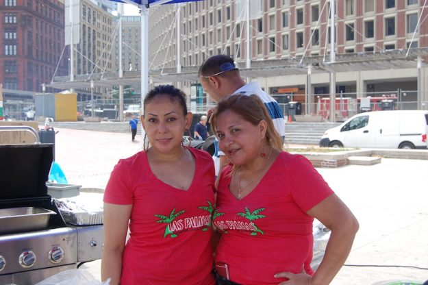 Liliana y Larin de Las Palmas Restaurant de Chelsea en el Carnaval Salvadoreño.