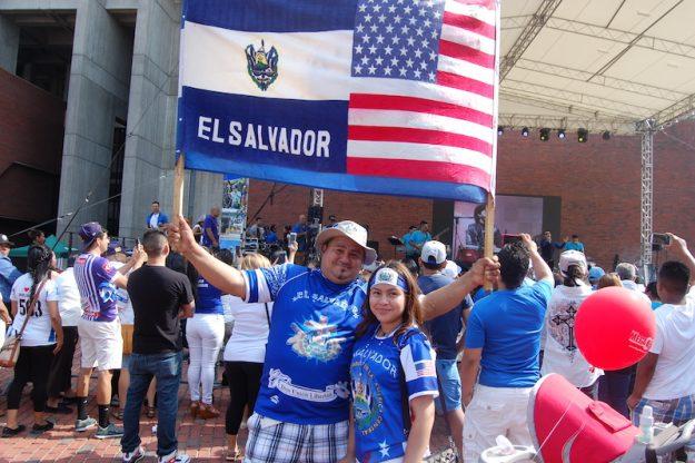 Los salvadoreños mostrando su amor a la patria.