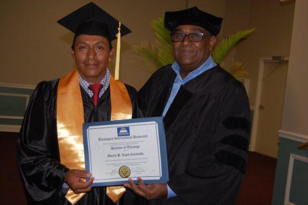 El Pastor Alvaro Zapat Coronado de Lynn recibe su diploma de Teólogo de manos del presidente de la Universidad.