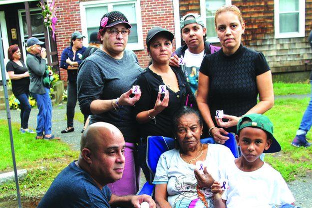 ➥➥ Familiares de Wanda Rosa antes de comenzar la vigilia en su memoria. Ellos son María Garcia, Edward Flores, Melly Suárez, María Rosa, Alisha DeLeón y Deven Evans.