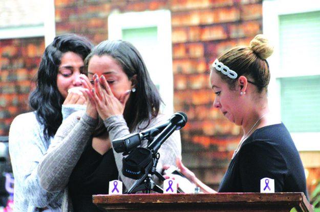 ➥➥ Amigas de Wanda Rosa lloran inconsolable después de leer un poema que escribió la fallecida.