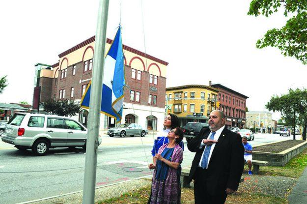 ➥➥ Guatemaltecos rindieron homenaje a su bandera. Marisol Jocol y María Olga Bran de Casa Guatemala y el cónsul de Guatemala, Jorge Alberto Figueroa.