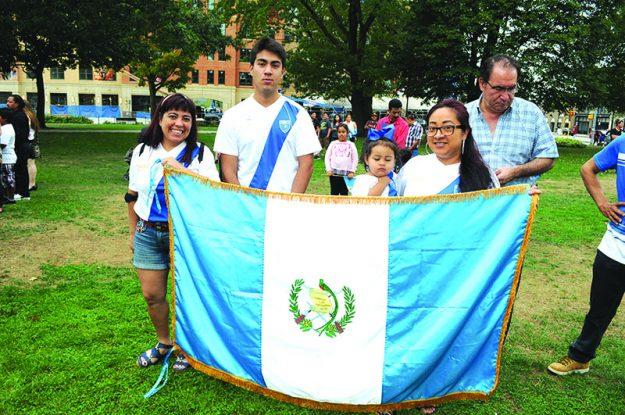 ➥➥ Chapines muestran con orgullo su amor patriótico durante el izamiento de la bandera guatemalteca.