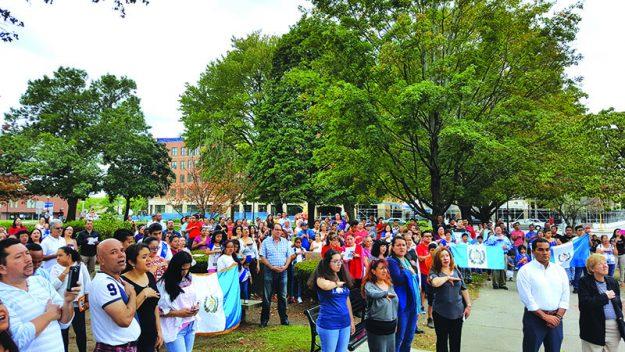 ➥➥ Comunidad guatemalteca se reunió en el Waltham Common para izar su bandera.
