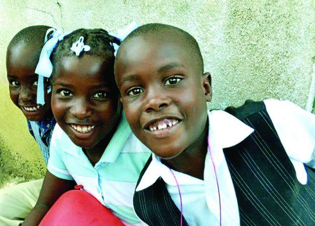 ➥➥ Una sonrisa vale más que mil palabras. Cientos de niños recibieron ayuda médica, ropa y juguetes.