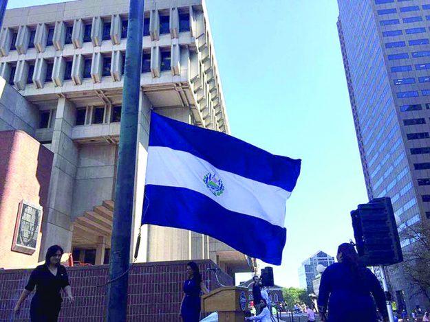 ➥➥ La bandera de El Salvador ondeó en la plaza mayor de la Alcaldía de Boston.