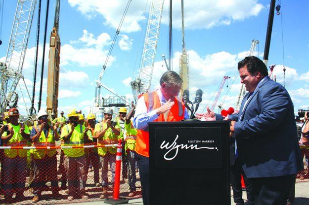 ➥➥ El presidente de Wynn Boston Harbor, Robert DeSalvio y el alcalde de Everett, Carlo DeMaria estrecharon sus manos durante la inauguración oficial de la construcción del casino el pasado mes de agosto, que espera contratar un total de 4 mil trabajadores.