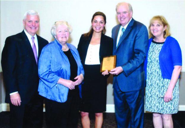 """➥➥ Premiada: Fiscal Stacey Pichardo, centro, recibe premio """"Brian J. Honan Award"""" de manos de su hermano Representante estatal, Kevin Honan, de su señora madre Mary Honan y de su hermana, Clare Coughlin, y del Fiscal general de Boston Dan Conley."""