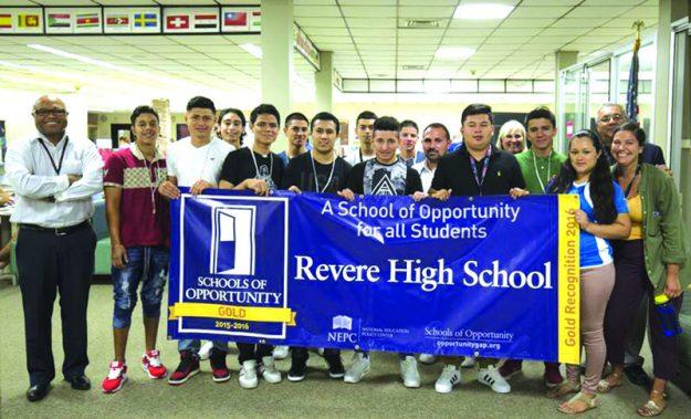 ➥➥ El director Lourenco Garcia junto con el personal de la escuela y estudiantes de Newcomer's Academy, en Revere High School.