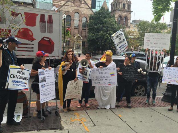 Una de las protestas que se realizaron cerca del Consulado de Venezuela en Boston.