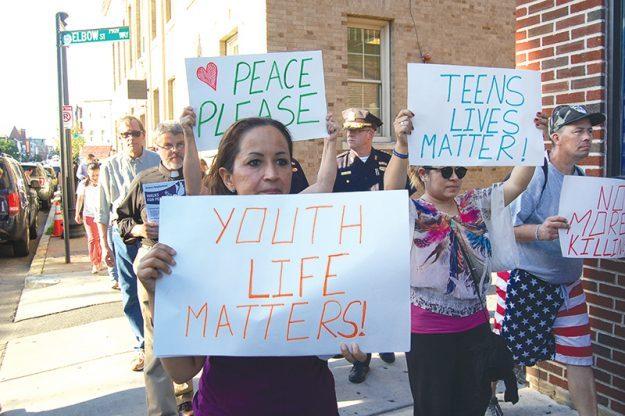 Marchan por la paz y oran por salud de oficiales.