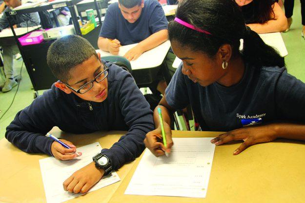 ➥➥ Luis Martínez y Arelis Carty trabajan juntos en la clase de matemáticas.