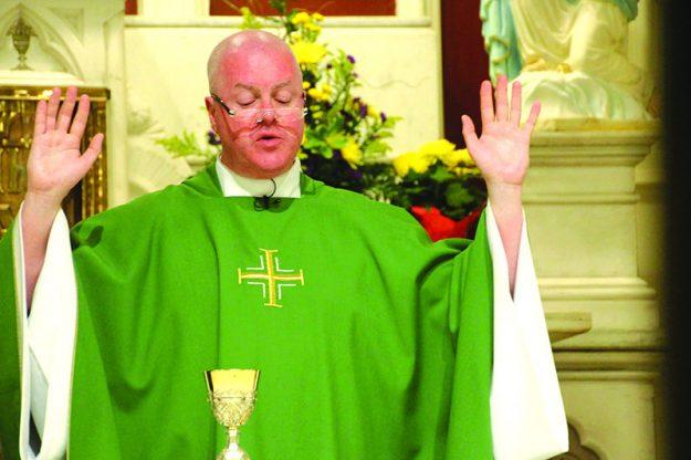 ➥➥ Padre Paul O'Brien, celebra la misa en la St. Patrick Parish en Lawrence.