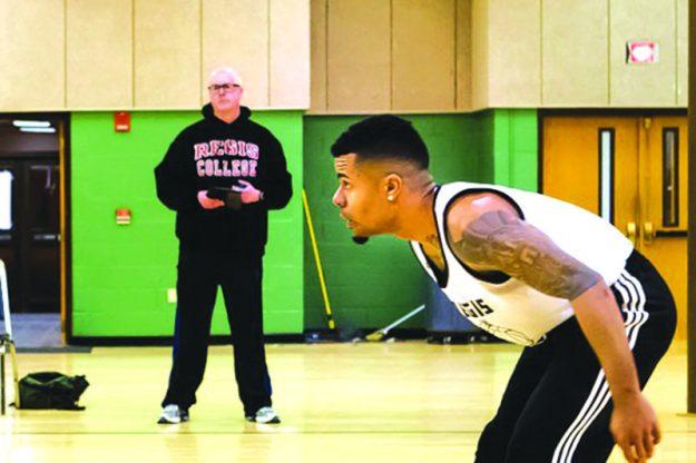 ➥➥ El Padre Paul O'Brien supervisa jóvenes que van al centro comunitario de San Patricio a jugar baloncesto los domingos.