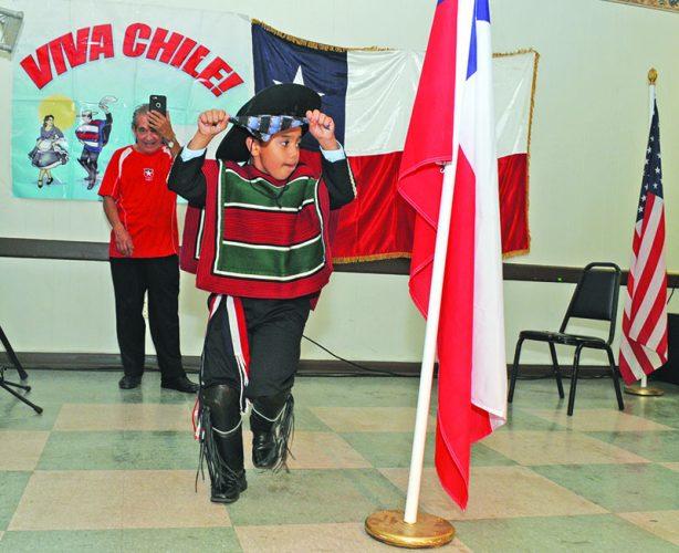 El pequeño Dante Gell realizando el homenaje a la bandera.