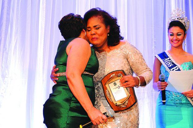➥➥ Momentos emotivos entre la directora de Runway for Mom, Marisol Camilo- Liriano y entre Odelice Ramírez, fundadora de Lazos de Amor Internacional, organización que recibirá parte de los fondos recaudados durante el desfile.