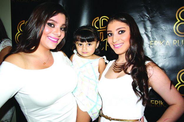 ➥➥ La pequeña Sofía acompañó a su mamá Xiomara durante la presentación a medios de comunicación de Erika Ruiz Academy, junto con ellas está Vanessa, tía de Sofía, quien también toma clases en la academia.