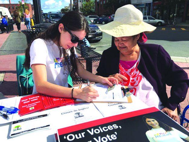 ➥➥ En East Boston voluntarios de diferentes organizaciones registrando votantes latinos para elecciones del 8 de noviembre.