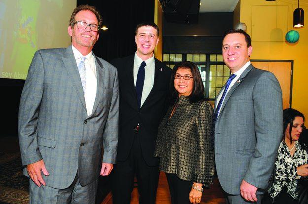 ➥➥ En la foto de izquierda a derecha: Steven Snyder, vicepresidente de marketing y desarrollo de EBNHC; Adrian Madaro, representante Estatal de East Boston; Phyllis Barajas fundadora y presidenta ejecutiva de Conexión y el senador Joe Boncore.
