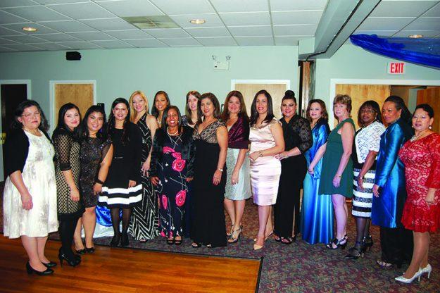 ➥➥ Milagros Abreu, directora ejecutiva de Latino Health Insurance Program, junto con miembros de su organización.