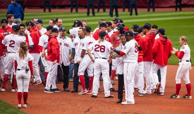 Los jugadores actuales se unieron a los campeones para compartir con David Ortiz. Foto: Alex Zelaya - El Mundo Boston.