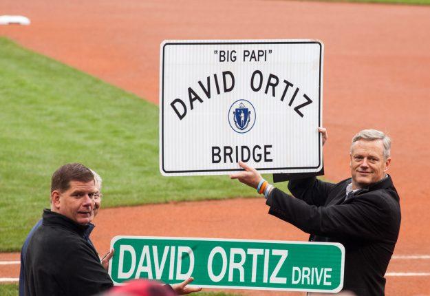 El alcalde de Boston, Marty Walsh, y el gobernador de Massachusetts, Charlie Baker, le entregaron a David Ortiz los nombres de una calle y un puente. Foto: Alex Zelaya