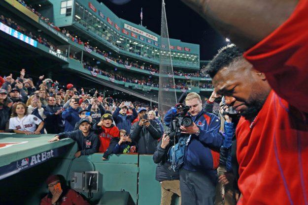 """El """"Big Papi"""" emotivamente afectado le dijo adiós a los seguidores de los Red Sox. Foto: Jim Davis-The Boston Globe."""