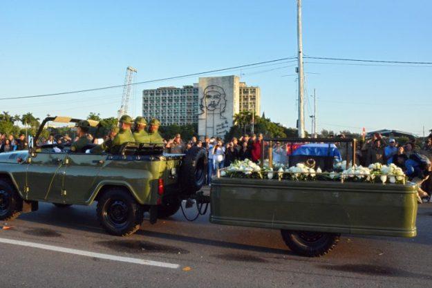 La urna con las cenizas del líder cubano Fidel Castro deja la Plaza de la Revolución en La Habana para iniciar un viaje de cuatro días por Cuba, el 30 de noviembre de 2016. / AFP PHOTO