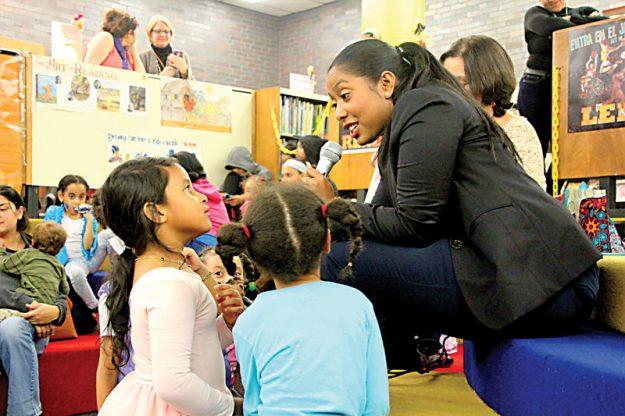 ➥➥ La Representante Estatal Juana Matías fue una de las invitadas especiales para leerle a los niños.