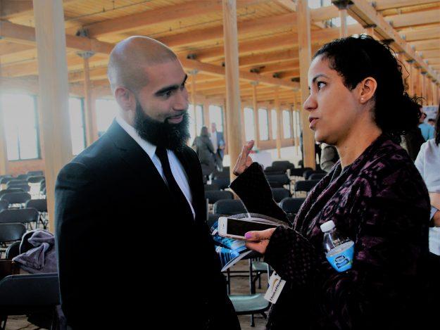 Rey González conversa con Arisleyda Veloz, directora de programas en Mill Cities Community Investments.