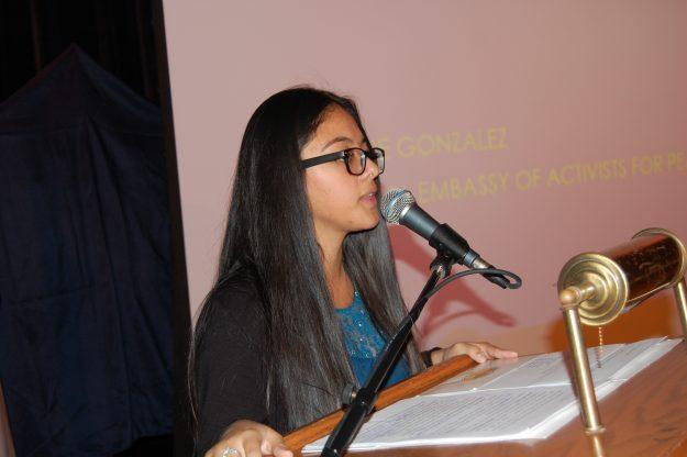La joven estudiante de Ciencias Políticas, Dulce González, clausuró el evento con un llamado a luchar contra la intolerancia y la discriminación.
