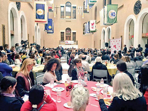 Almuerzo anual: Inmigrantes celebran el Día de Acción de Gracias en la Casa del Estado.