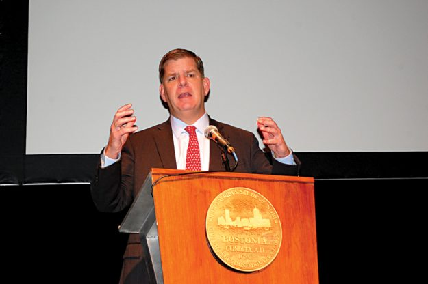 El alcalde Marty Walsh abrió el diálogo con la comunidad sobre el racismo.