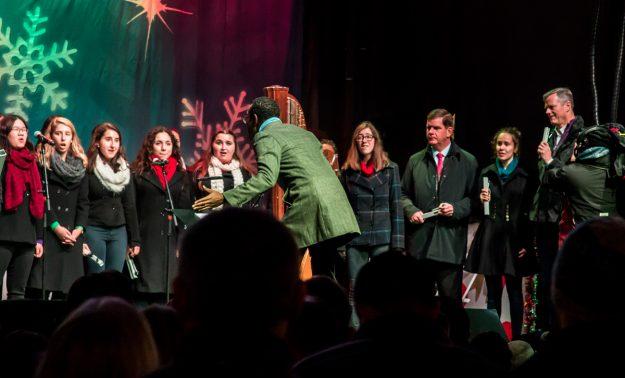 El gobernador Baker y el alcalde Walsh junto con el Boston Children's Chorus.