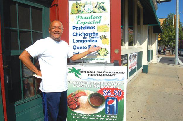 Basilio Encarnación muestras las delicias que hay en su restaurante.